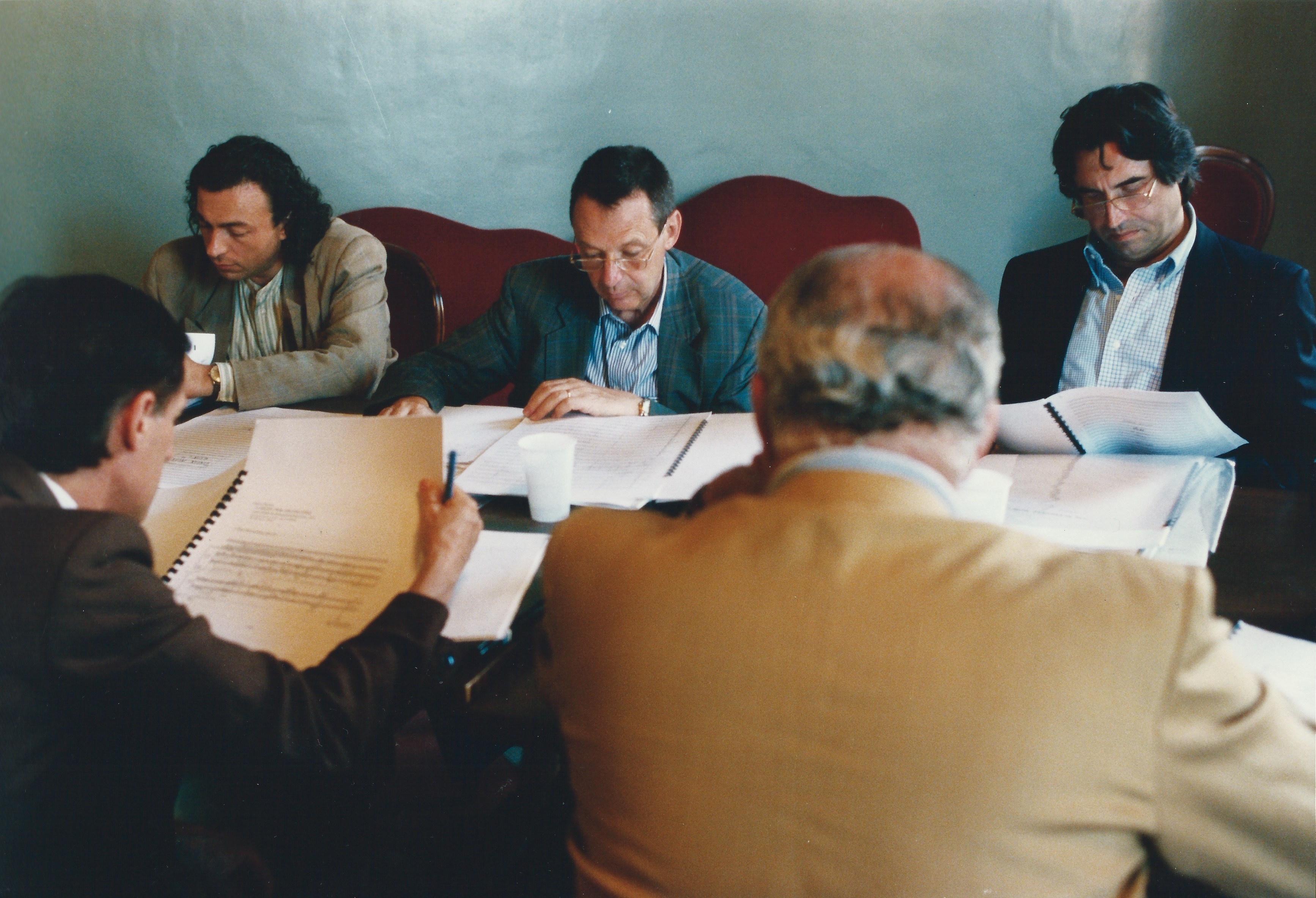 """ALBERTO CAPRIOLI, GIOACCHINO LANZA TOMASI, RICCARDO MUTI, HUBERT STUPPNER, SALVATORE ACCARDO, GIURIA DEL CONCORSO INTERNAZIONALE DI COMPOSIZIONE """"2 AGOSTO"""", I EDIZIONE, BOLOGNA 1995, FOTO PRIMO GNANI"""