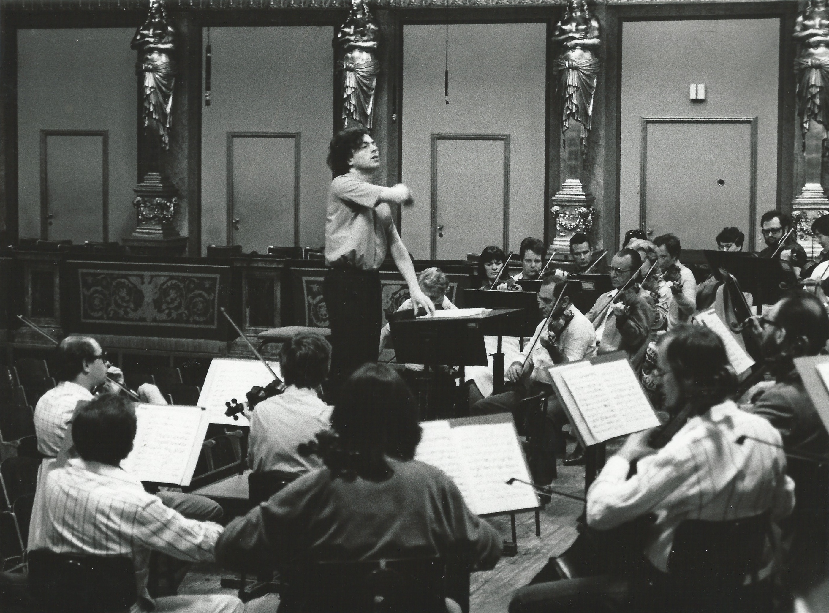 ALBERTO CAPRIOLI REHEARSING GUSTAV MAHLER, ADAGIO FROM THE 10. SYMPHONYWITH THE NÖ-TONKÜNSTLER-ORCHESTER. VIENNA, MUSIKVEREIN, GROßER SAAL, JUNE 1983, PHOTO ZIMMERMANN