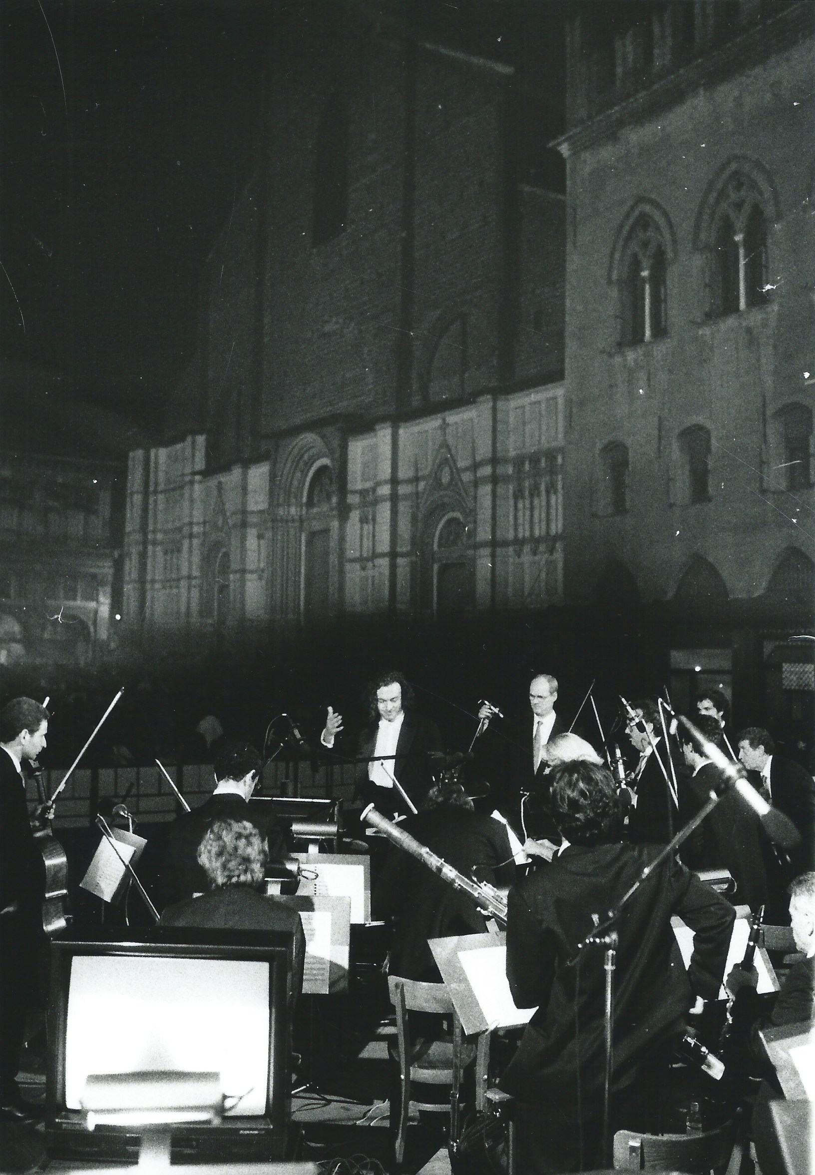 ALBERTO CAPRIOLI CONDUCTING THE ORCHESTRA DEL TEATRO COMUNALE DI BOLOGNA, PIAZZA MAGGIORE, JULY 1998, PHOTO PRIMO GNANI