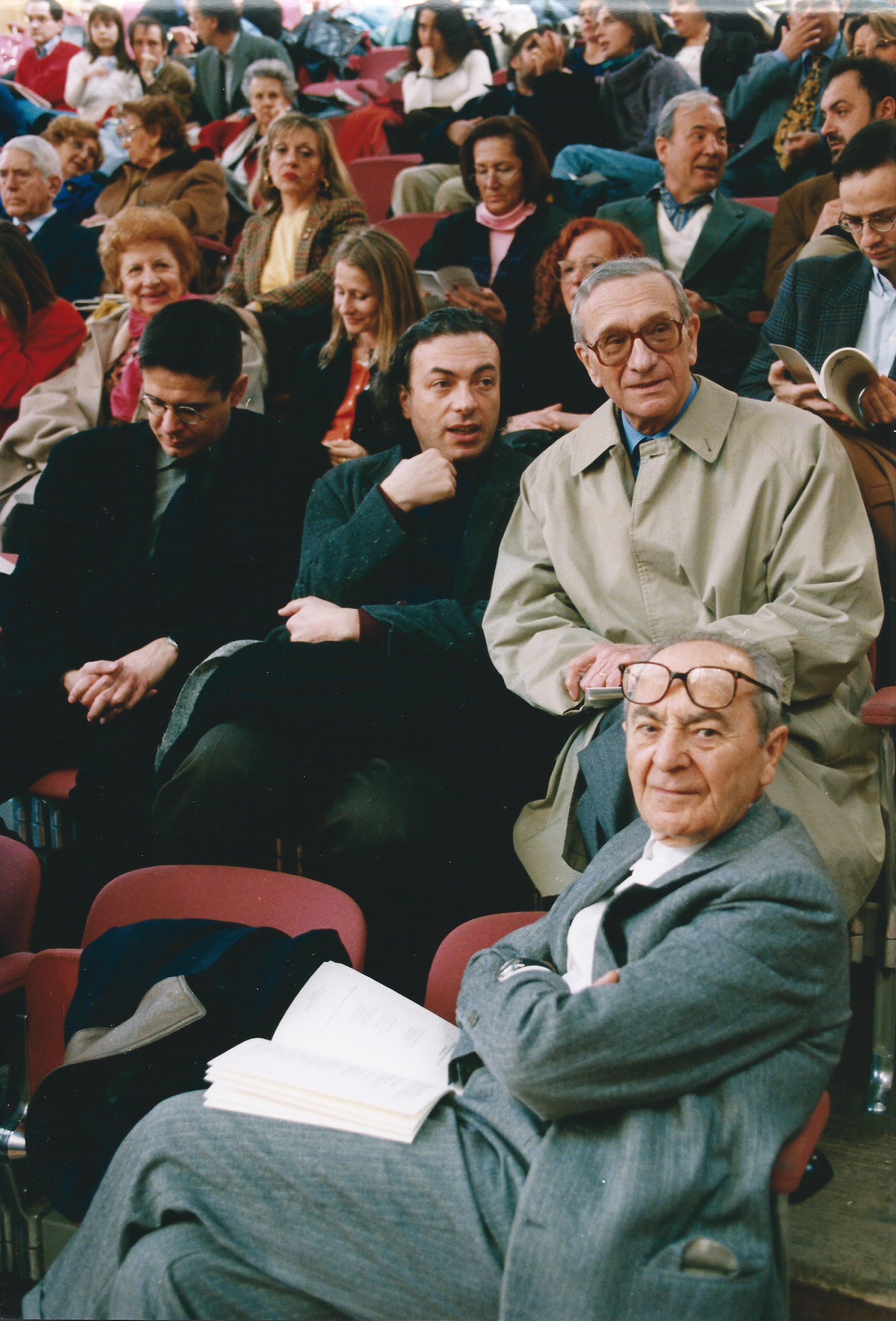 ALBERTO CAPRIOLI, FIORI D'OMBRA, PER ARCHI. ORCHESTRA DEL TEATRO COMUNALE DI BOLOGNA, DIR. ROBERTO POLASTRI. BOLOGNA, AULA ABSIDALE DI SANTA LUCIA, 4 APRILE 2001. DA DESTRA: DINO GAVINA. EZIO RAIMONDI, ALBERTO CAPRIOLI, MARCO ANTONIO BAZZOCCHI. GABRIELE RASPANTI, MARIA SIMONCINI, FRANCESCA LUI, ANNAROSA POLI. WALTER CASCIO, MARIO BARONI, ROSSANA DALMONTE. FOTO PRIMO GNANI